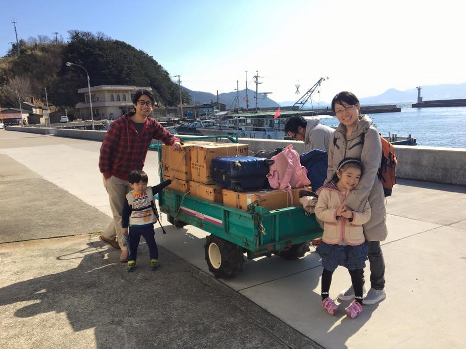 男木島に移住してきた日の写真。テーラーに荷物を積む。