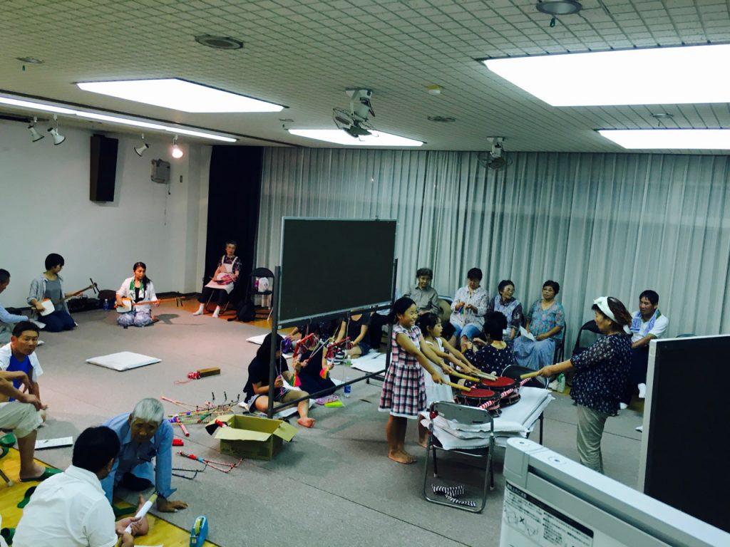 男木島のコミュニティセンターに集まって練習をする様子。かつては、頭取の家に集まってやっていたらしい。
