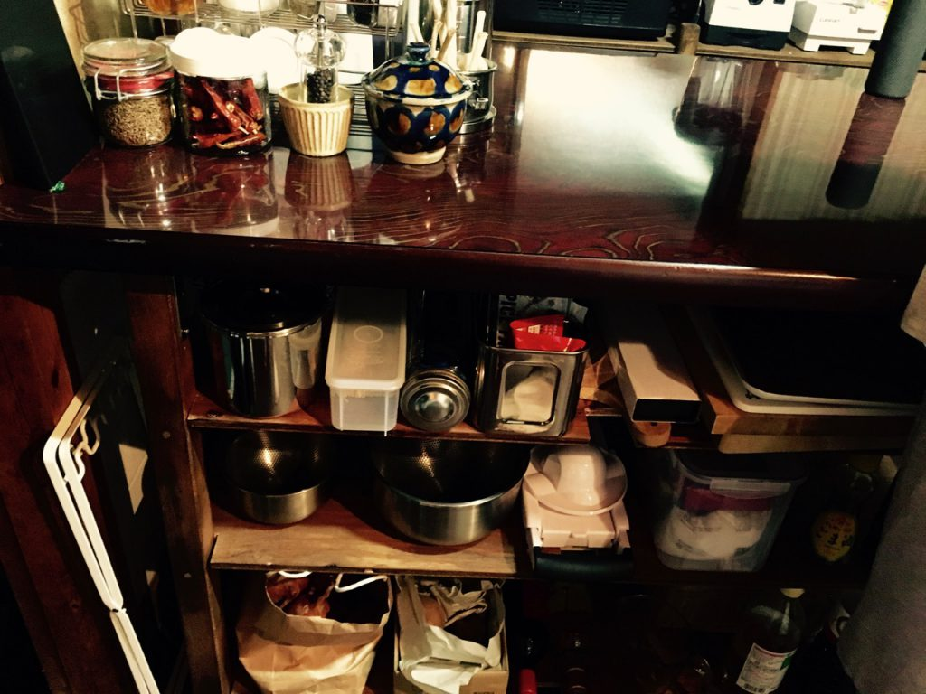 キッチンのあたりにある自作の棚