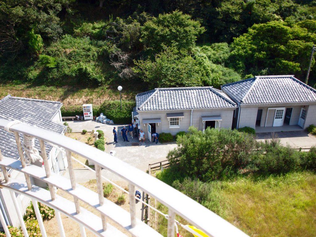 男木島灯台から下を見たところ。ビビってあまりカメラを前に出せなかった。 左手に見えるのがかつての灯台職員さんたちの宿舎で、現在は資料の展示室。右側に見えるのは現在も使われている事務所や倉庫。