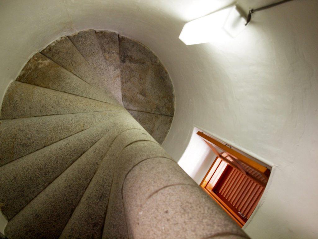 中の階段はこんな感じでした。螺旋が綺麗。