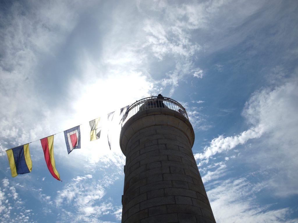 見上げた男木島灯台。