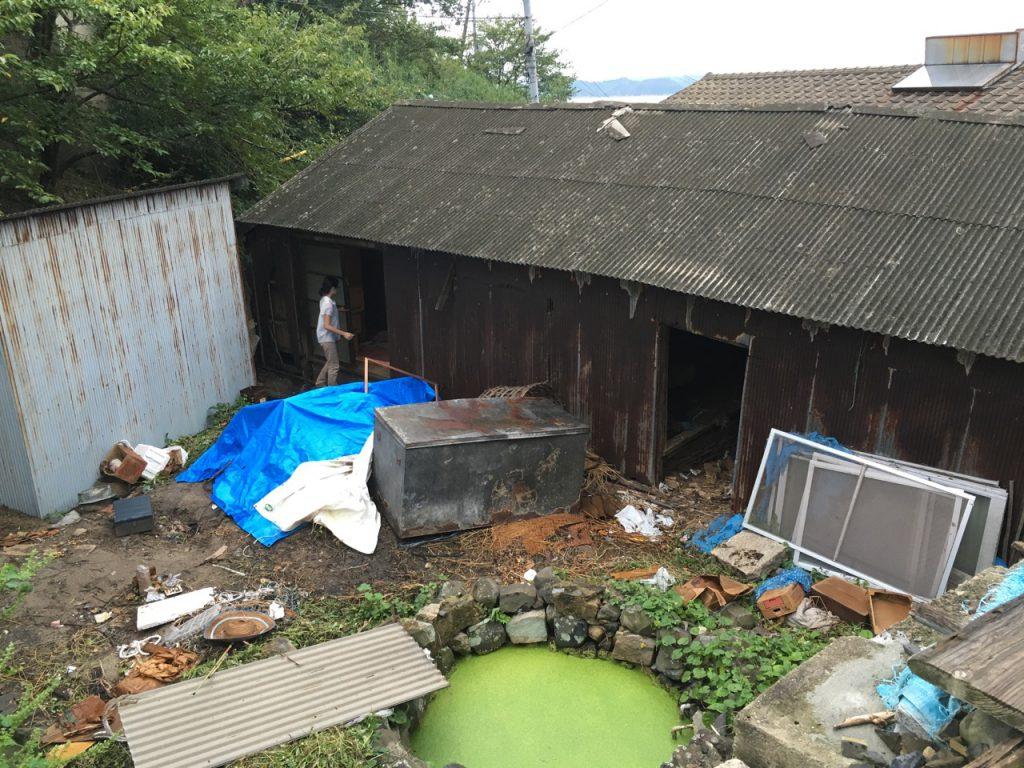 納屋と庭、井戸を上から見たところ