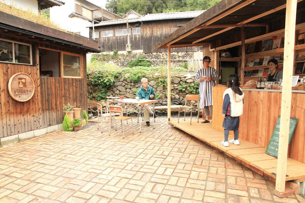 男木島図書館の目の前にある老人と海と名付けられた小さなお店のためのカウンタースペース。