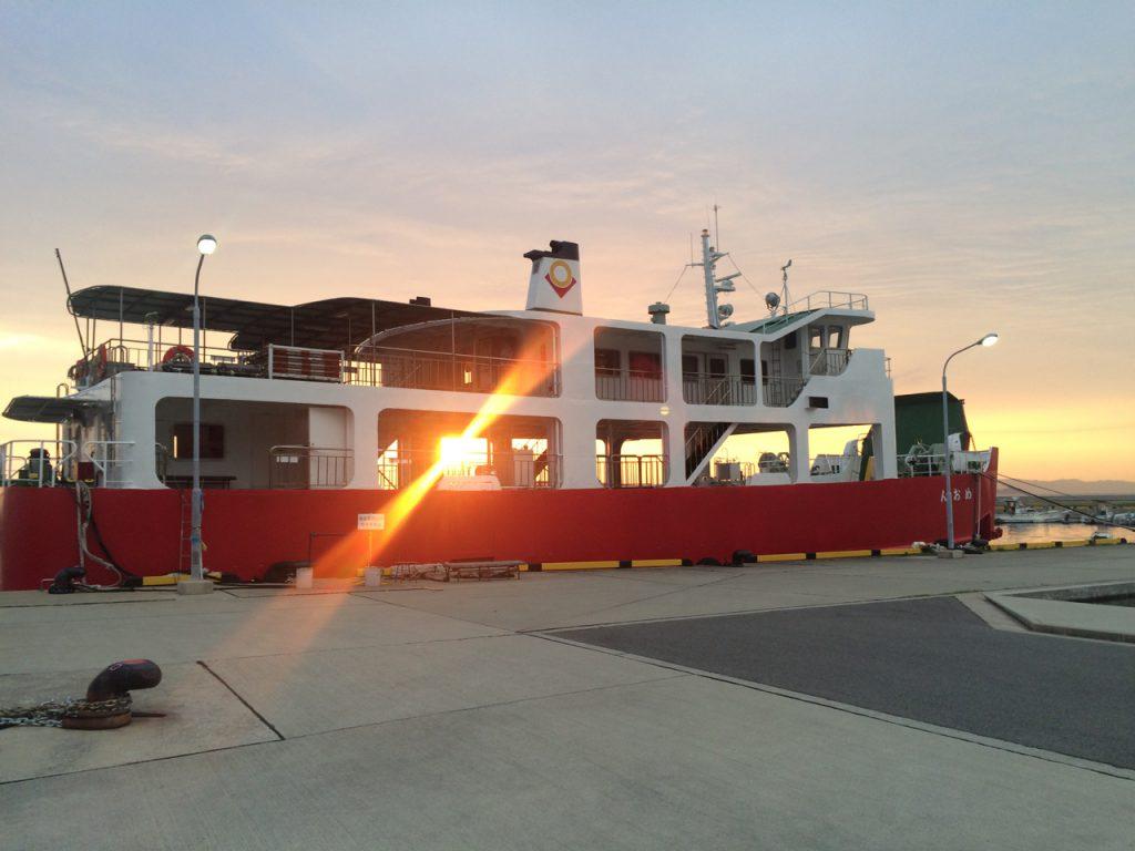 高松港と男木港を、1日に5回往復するフェリー「めおん」。